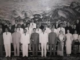 稀见! 毛主席的好战友,周恩来周总理,刘少奇携夫人王光美接见外宾原版照