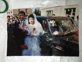 大幅彩色结婚照片 (边景为第一汽车制造厂厂区,婚车为红旗轿车,车旁带三面红旗)