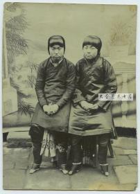 清末民初两年轻金莲女孩合影老照片