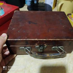 民国末期解放初期老木盒,有提手应该是牛皮的。比较少见! 锁扣缺上一部分,背后缺一小块木头,开合自如,整体完整不散架,放麻将不错!包老!