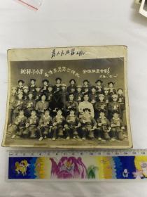 1969年辽宁省海城市南台镇树林子村小学毛泽东思想宣传队全体队员合影老照片 红小兵们穿军装拿红宝书带毛主席像章喜笑颜开的合影留念老照片