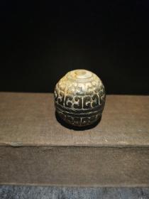 老玉珠,玉球,直径3.6CM,高3.75CM,满工雕刻,玉纹,中心有孔,有包浆沁色,两端已呈鸡骨白色,硬搞高,有压手感,低价出包邮