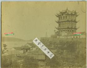 """清代湖北武昌黄鹤楼大幅蛋白照片,本张拍摄于1880年代,照片右侧有""""岭南宝记照相""""广告,此楼仅仅存在了十五年,1884年黄鹤楼被焚毁,几乎是清代黄鹤楼留下的最后影像。26.2X20.8厘米"""
