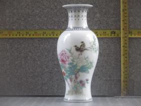 出口创汇期精品:景德镇艺术瓷厂制  手绘垂珠边角花鸟牡丹鱼尾瓶