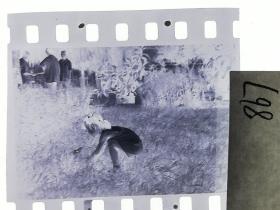 七十年代135底片1张 小朋友们 女孩的小兔子45