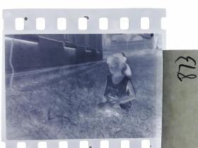 七十年代135底片1张 小朋友们 女孩的小兔子