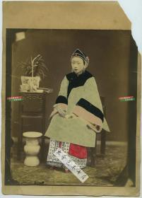 清代大幅精美手工上色蛋白照片一张,知书达理大家闺秀女子端庄坐像,照片尺寸22.4X18.8厘米,整件卡纸尺寸27.7X19.8厘米