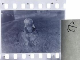 七十年代135底片1张 小朋友们 女孩的小兔子11