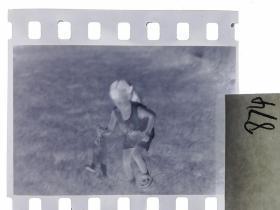 七十年代135底片1张 小朋友们 女孩的小兔子89