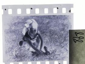 七十年代135底片1张 小朋友们 女孩的小兔子5