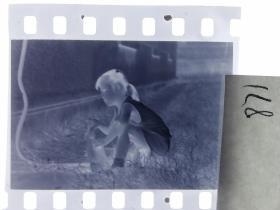七十年代135底片1张 小朋友们 女孩的小兔子8