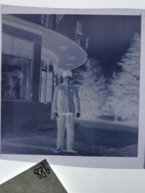 七十年代120底片1张 文革题材 宾馆前