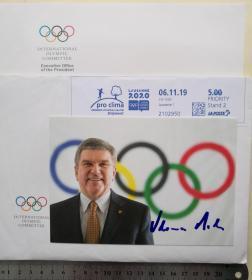 国际奥林匹克委员会主席(2013-)、历史上首位当选国际奥委会主席的奥运冠军、国际奥委会(IOC)前副主席、体育与法律委员会主席 、1976年蒙特利尔奥运会男子花剑团体冠军、多次世锦赛冠军、奥林匹克运动突出贡献奖获得者、德国著名击剑运动员、托马斯·巴赫(Thomas Bach)、亲笔签名、官方精美照片卡片1张(照片背面附有其个人主要成就介绍、珍贵、罕见)