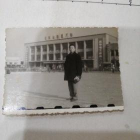 男子安阳车站留影(毛泽东思想万岁,高举毛主席伟大旗帜,紧跟华主席长征等标语)
