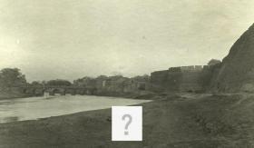 有偿征集老照片拍摄地点线索: 20200509, 古城城墙和城边河道老照片,可见一古桥横跨其上,山东济南,青州?