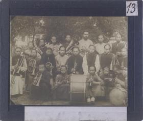 复制本:梅荫华二十世纪初中国影像,是一组非同寻常的玻璃幻灯片,可能是独一无二的。这组照片由圣方济会的传教士梅荫华(Michel De Maynard)拍摄。此系列包含230幅影像资料,约拍摄于1906-1912年,其中部分影像涉及辛亥革命,这些珍贵的影像记录了激烈变化的清末中国。本店此处销售的为该版本的仿古道林纸、彩色高清原大复制、无线胶装本。