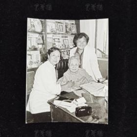 """著名作家、社会活动家、""""世纪老人"""" 冰心 1988年签名照片一枚 HXTX311677"""