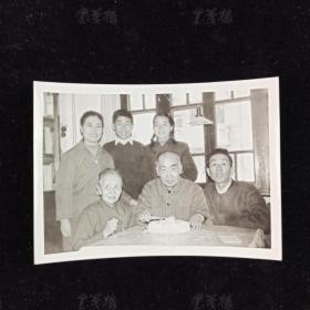 """冰-心旧藏:著名作家、社会活动家、""""世纪老人"""" 冰心 1982年签名 冰心、吴文藻夫妇家族合影照片一枚 HXTX311672"""