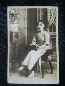 老照片    民国时期  豆蔻少女【注意细节:三寸金莲   】