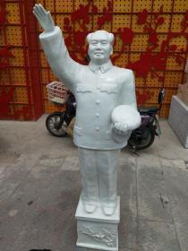包老瓷器,毛主席全身像一尊,景德镇瓷,主席挥手手托帽,全品。不包邮,建议自提。以后一张是我跟主席像合影