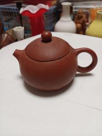 小紫砂壶一个,个头不大,有点特色,具体制造年代未知,喜欢的来买,售出不退。使用过。