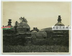 民国时期山东威海卫的元明石塔墓老照片,这类墓构造奇特,常有赌徒到此聚赌,以躲避官府抓捕