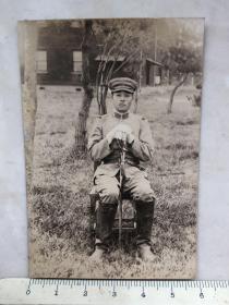 民国抗战时期拿指挥刀坐在椅子上的日军军官老照片