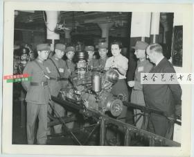 民国1944年中华民国军事代表团访问美国怀特汽车公司老照片, 成员对其引擎调节技术发生的浓厚的兴趣。