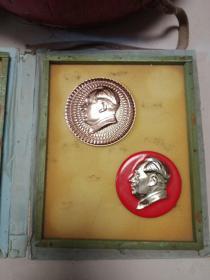 两个大毛主席像章,一个直径9.62cm,一个直径8.4cm,一个后面有别针,一个后面无别针,包真包老,售出不退。盒子已卖,标的是两个像章一起的价格。