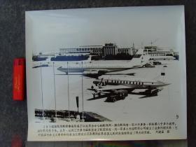 超大尺寸老照片:1979年,北京首都国际机场停靠的中国民航波音707飞机 B-2416和B-402
