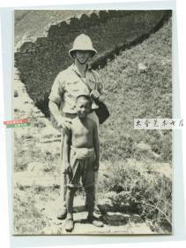 民国时期长城脚下的外国军官和当地百姓儿童合影老照片