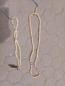 骨头珠子两串,保真正品,售出不退。具体啥骨头有待考证。长的直径1.0,短的0.95。标的是两串一起的价格。