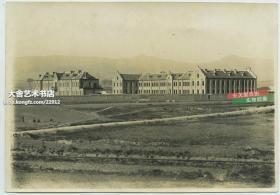 民国时期山东青岛德国兵营建筑全景老照片,17.2X12.1厘米,泛银. 可能是俾斯麦兵营?
