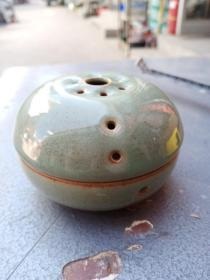 瓷器一件,年代未知,上下分体,造型很有意思,价格不高,售出不退。