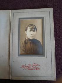 【同一来源:民国老照片系列之十二 女士肖像 北平廊房头条容丰照相馆】