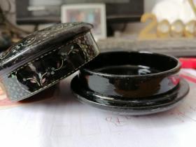 七八十年代,稷山工艺【螺钿印泥盒】(未使用过)一个。木胎大漆,镶嵌银铜片,贝壳等。几十道手工制作。