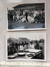 民国抗战时南京地区日本妇女鬼子分发食物等2张老照片