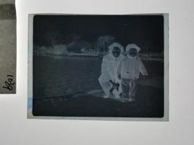建国前后2*4cm老底片1张 宁波知识分子家庭系列  湖边母子