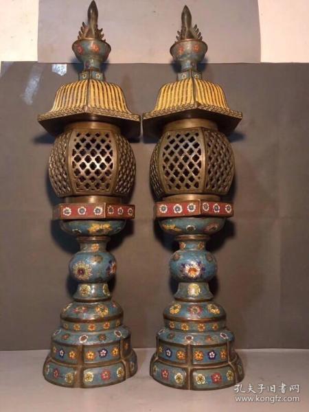 景泰蓝四件套宫灯炉,高84 厘米,直径22 厘米,总重53 斤,8900 元