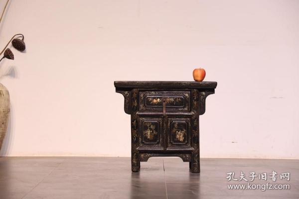 大漆描金小供桌尺寸:长56,宽36,高48厘米。清中期。楠木。