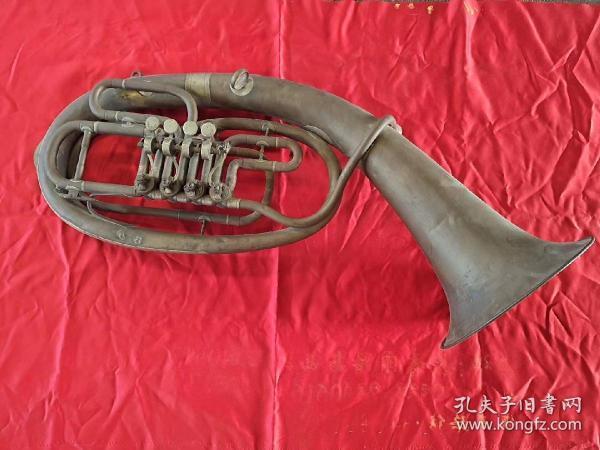 刚刚收到民国时期!乐器大抱号一个。品相好无破损,能正常使用。纯铜制作,白铜点缀!非常厚重。可能是进口货上边儿有字母!本人也不太懂。有喜欢的朋友吗?