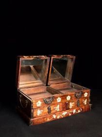 花梨木镶嵌贝壳喜鹊登梅图梳妆盒价格590元,长32厘米 宽16厘米 高13.8厘米,重2220克