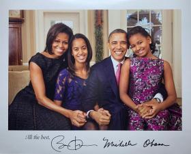 """美国前总统和第一夫人全家福:贝拉克·奥巴马(Barack Obama)-美国历史上第一位非裔美国人总统(2009-2017)、诺贝尔和平奖获得者,米歇尔·奥巴马(Michelle Obama)-第一位非洲裔总统夫人,玛利亚·奥巴马(Malia Obama)-美国第一千金,萨莎·奥巴马(Sasha Obama)-奥巴马的小女儿,官方签名、精美大照片1张、题词""""All the best""""(珍贵、罕见)"""