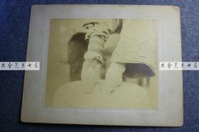1880年代清代妇女的小脚三寸金莲特写大幅蛋白照片,照片尺寸为25X20.7厘米。缠足是旧时传统陋习,那时足部是非常隐秘和隐私的部位,甚至常常和名节相关联。这位女士把自己裸露而畸形的足部展现给摄影师拍照,在百年前的观点来看,的确是匪夷所思的事情。