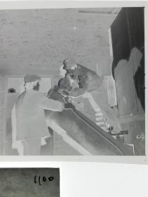 120底片1张 本溪日报摄影资料 记者下乡 修理鼓风设备