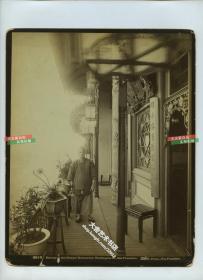 1880年代美国旧金山华盛顿街的华人华侨开的高档酒楼餐厅阳台蛋白大幅老照片,对联,方凳,绿植,极其讲究。照片尺寸24.3X19.2厘米
