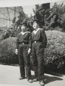 老照片。1976年海军战士在旅顺口留影。