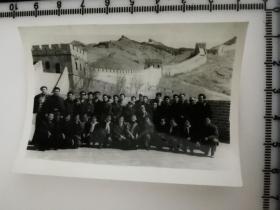 原国家民委专家张红、段星光旧藏老照片1张  1964年与哈尔滨话剧院千万不要忘记剧组在长城留影