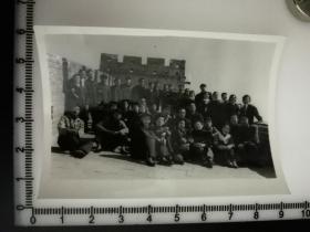 原国家民委专家张红、段星光旧藏老照片1张   1964年 与哈尔滨话剧院 千万不要忘记剧组合影 万里长城