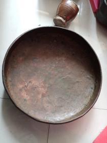 老铜器,纯手工打造,胎体不厚,个头挺大,不是大平底,底部可接触面积小,不知做何用处的,喜欢的来买,售出不退。口沿有几处裂口。总体品相不错.d